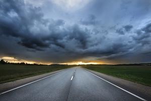 日没で農村地域ではA高速道路の古典的なシーン