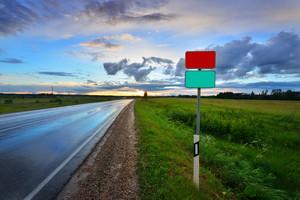 空白の道路標識と農村地域ではA高速道路の古典的なシーン