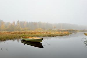 가을 시즌 동안 강, 보트 장면