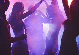 멋진 파티를 즐기는 댄스 소녀