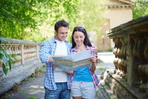 Retrato de los viajeros con el mapa de visitas la ciudad antigua