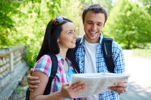 이동을 토론지도와 여행자의 커플