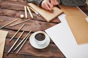 커피 한잔의 이미지와 남성의 손 위에 메모장의 배경에 손을 그리기 위해 개체