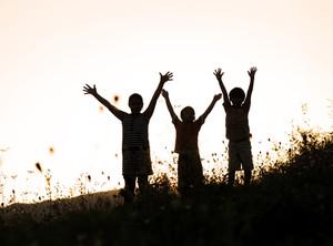 일몰 자연 속에서 행복한 아이들