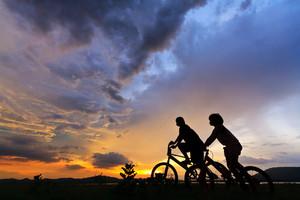 자전거에 아름 다운 커플