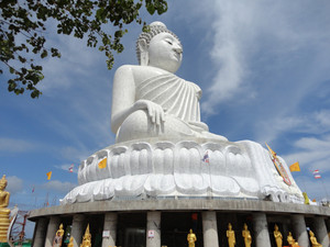 큰 흰색 대리석 부처님 동상