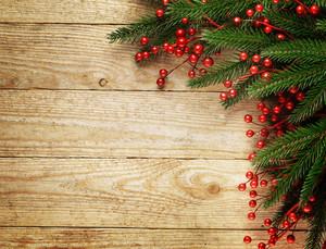 木製のボード上の装飾が施されたクリスマスのモミの木