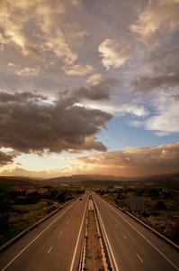 曇り日没以上のハイウェイ