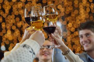 シャンパンのグラスとワインを手をつなぐ
