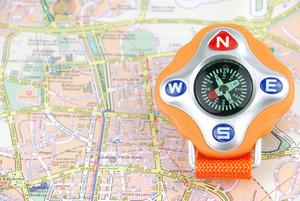 Reise-Konzept mit einem Kompass auf einer Karte